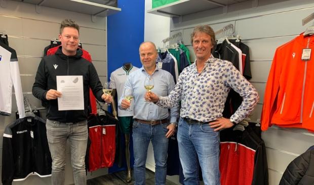 Voorzitter Michel Helmink, penningmeester Kees van Lopik van vvHardinxveld en Danny Kraaijveld van Sportcentrum Dordrecht proosten op de nieuwe samenwerking