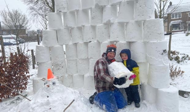 Tim en zijn vader bouwen een sneeuwmuur