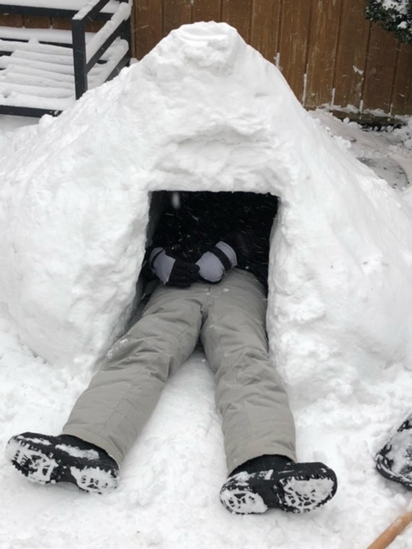 Max (14) heeft iglo in achtertuin gebouwd. Familie Brans © BDU media