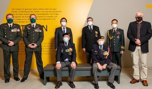 <p>De delegaties die bij de uitreiking door de Zuid-Koreaanse ambassadeur aanwezig waren.</p>
