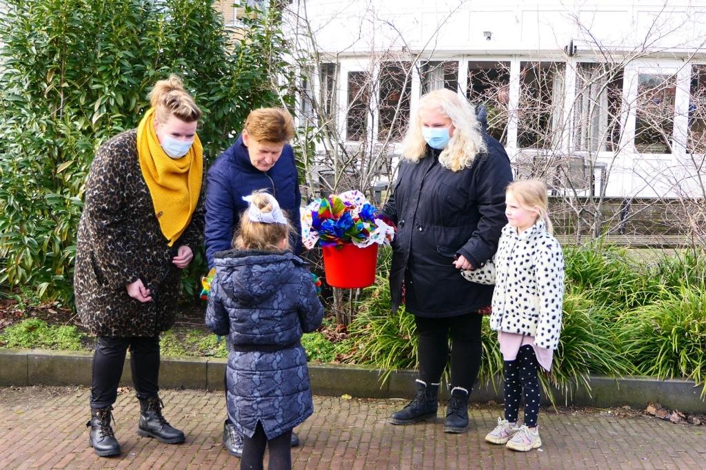 Kleuters Henri Dunantschool brengen geknutselde bloemen bij Overslydrecht. Yvonne van der Hel © BDU media
