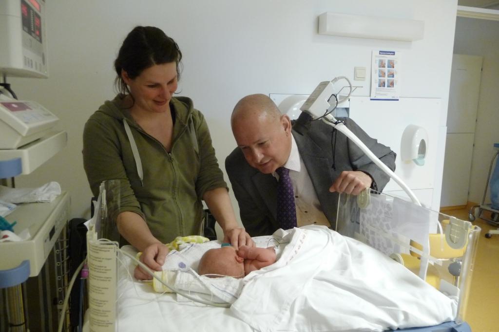 <p>Jan van Dam met dochter Leonie bezoekt kleindochter Vera in het ziekenhuis, kort nadat ze is geboren.</p> Familie Van Dam © BDU media