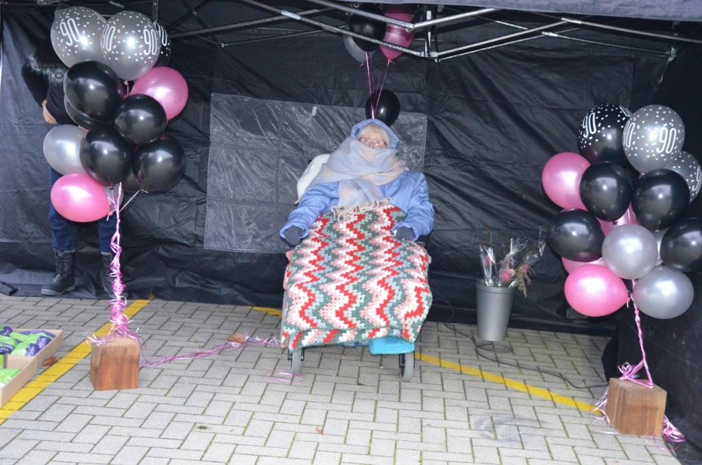 Mevrouw Van Groningen was warm ingepakt voor het bezoek Ali van Vemde © BDU media