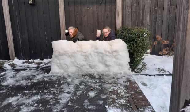 Miriam en Rick doen een sneeuwballengevecht