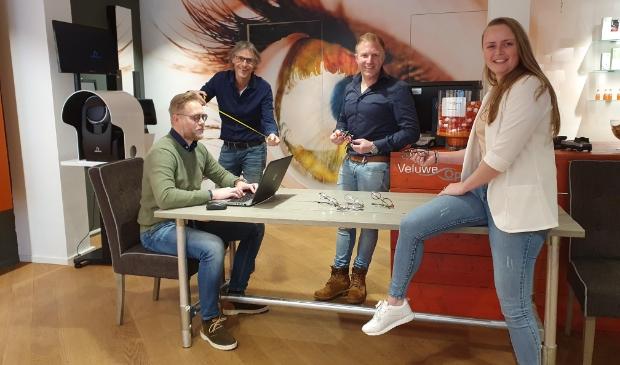 <p>Opticiens Richard Tamminga, Niels Vijge en Joyce van Meerveld en fysiotherapeut Klaas van de Kamp (2e van links) geven advies.</p>
