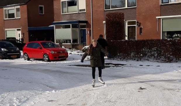 <p>Julia schaatst door de straten van Scherpenzeel.</p>