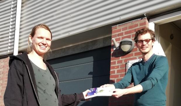 <p>Het eerste informatiepakket wordt uitgedeeld aan deelnemer Erik van de Nadort </p>