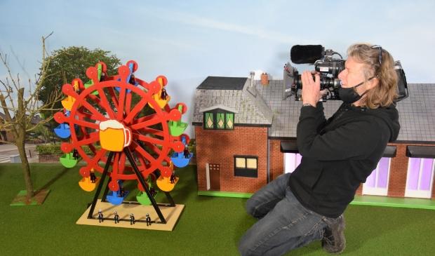 Voor cameraman Dick van den Berg is het een hele mooie toer om de miniatuurcarnavalstocht op beeld vast te leggen.