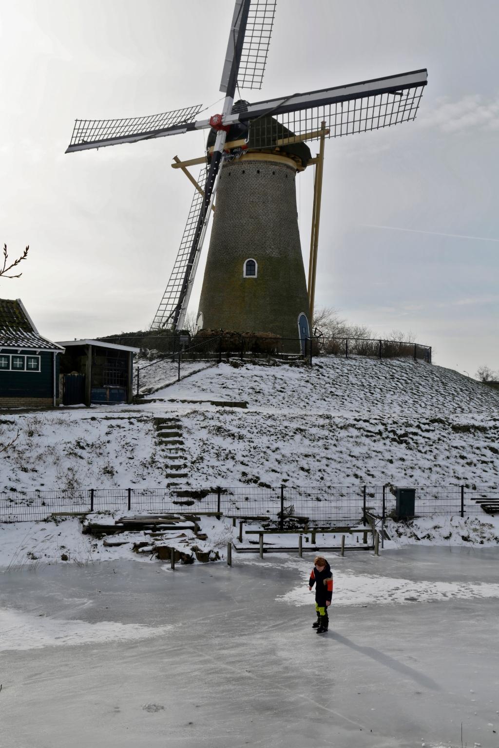 Grote molen de Eersteling en kereltje op de schaats willem ten Veldhuys © BDU media