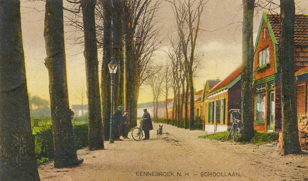 De Schoollaan in Bennebroek rond 1920, gezien in zuidelijke richting.