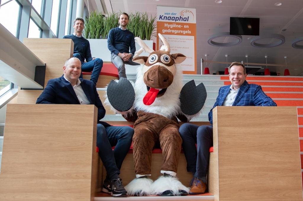 <p>Elbert Schrier en Leon Verbakel (ZVV Ede) kijken trots.&nbsp;</p><p>Hannes de Paauw en Michiel Dekens (rechts) met mascotte Bert &#39;t Hert (ZVV Ede)</p>