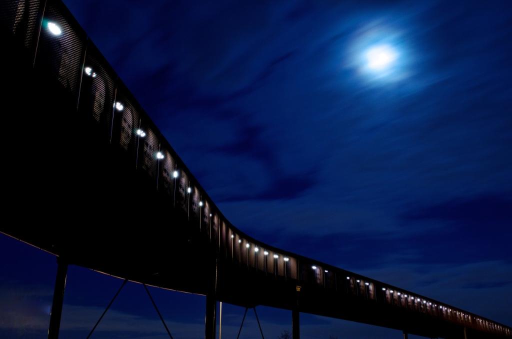 De Duinpadbrug krijgt tijdens het 'blauwe' uur van Maarten Boon iets mystieks. Maarten Boon © BDU media