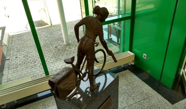 In de hal van het hoofdkantoor van BDUmedia in Barneveld staat een beeldje als ode aan de bezorger.