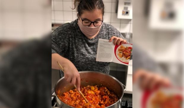 <p>Deelnemer Tamara helpt vaak mee met het koken van de maaltijden op donderdag.&nbsp;</p>