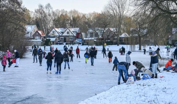 <p>Op de vijvers in Overhees schaatsen liefhebbers van alle leeftijden, al dan niet met een hulpmiddel.</p>