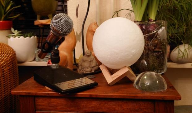 <p>De zilveren microfoon staat nu bij Dieuwertje Stevens thuis</p>