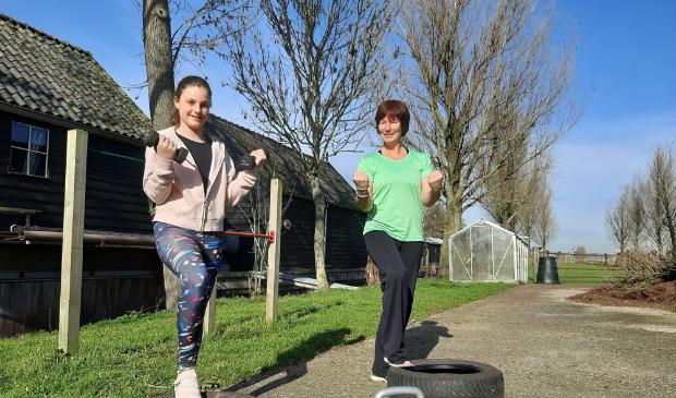 <p>Deelneemster Nienke (links) doet mee met de bootcamp voor tieners van Jenny Hoekwater (rechts).</p>