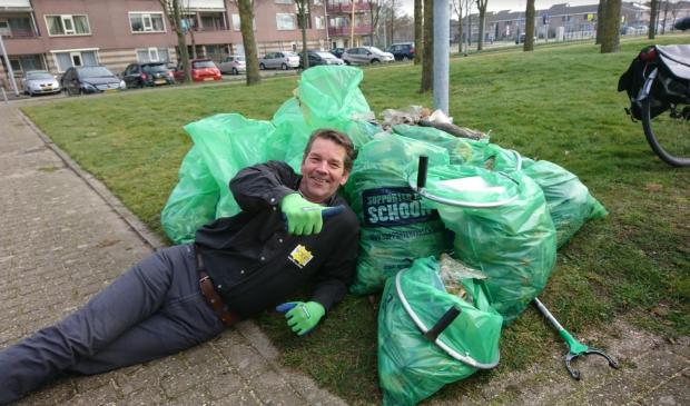 <p>Voldaan ligt Andr&eacute; Steensma bij enkele van de zakken opgeraapt zwerfafval in Toolenburg: &#39;Onbegrijpelijk dat er zoveel op straat wordt gegooid.&#39;&nbsp;&nbsp;</p>