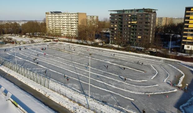 <p>De ijsbaan van Sliedrecht ging vandaag open</p>