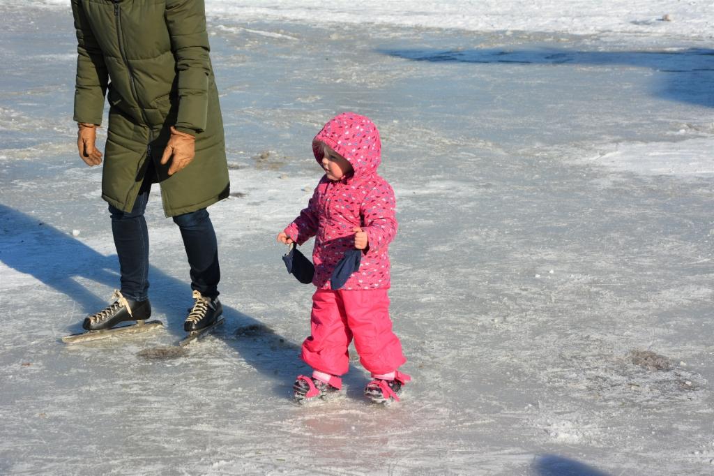 Genieten op het ijs bij de Bethelkerk in Lunteren Gerwin van Luttikhuizen © BDU media