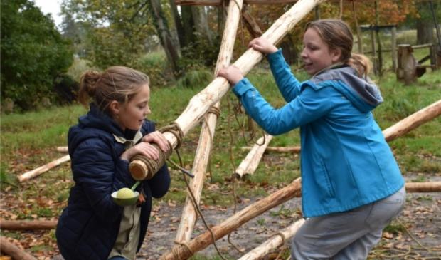 De scouts pionieren een katapult in het bos
