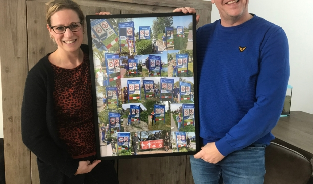 Kristel en Richard met foto's van hun 100.000 stappen challenge