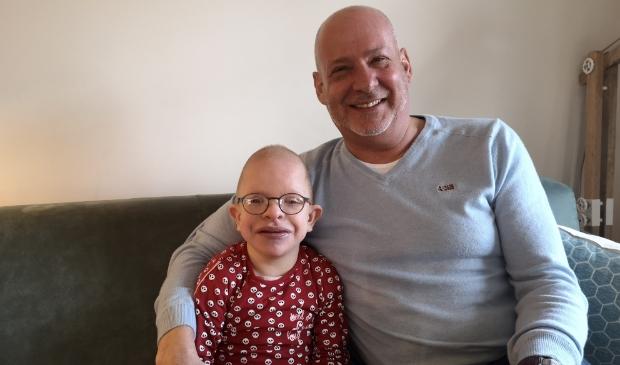 <p>Jan van Dam met kleindochter Vera de Zwarte. ,,Vera is zo'n schatje, altijd vrolijk, maar er zijn ook zoveel dingen met haar aan de hand.''</p>