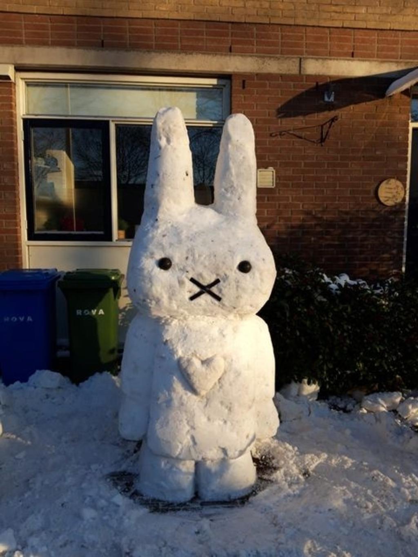 """,,SneeuwNijntje staat voor ons huis in Schothorst. En heeft héél veel bekijks. Ze is erg vaak op de foto gezet. Dat zijn dus veel vrolijke gezichten. Ze is gemaakt door mijn man Mark Scheffer."""" Monique Scheffer-van Dijk © BDU media"""