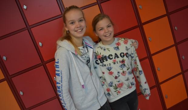 <p>De bloggers en vriendinnen Sofie (links) en Benthe uit Th1B.&nbsp;</p>