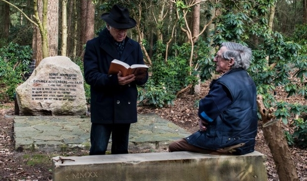 <p>Met het voorlezen van een gedicht nam Wim Hazeu de nieuwe bank bij het graf van Gerrit Achterberg officieel in gebruik.</p>