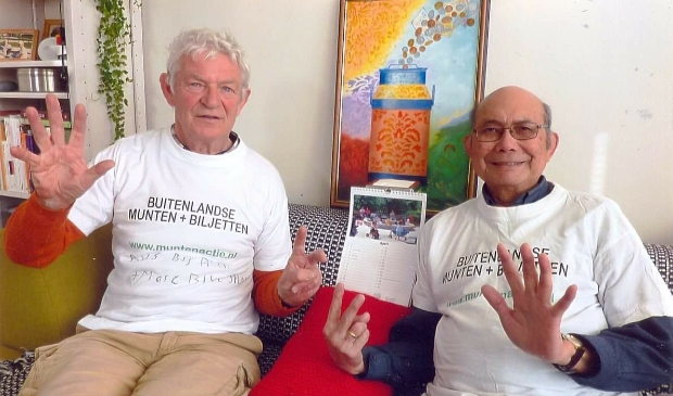 <p>Muntenman Toon Borst (links) en bussenschilder Bert Bronkhorst hopen nog veel vreemde valuta in te zamelen voor het goede doel.&nbsp;</p>