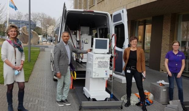 <p>Directeur Thakoersingh van het RCR Health Centre in Paramaribo neemt de dialysemachines van Niercentrum Midden Nederland in ontvangst</p>