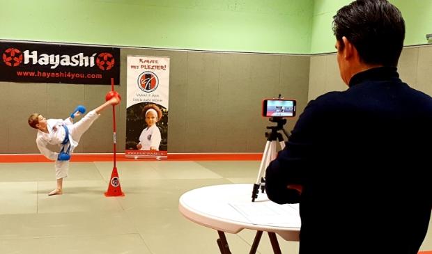 <p>Sven Buth trappend in actie tijdens een virtueel karatekampioenschap</p>