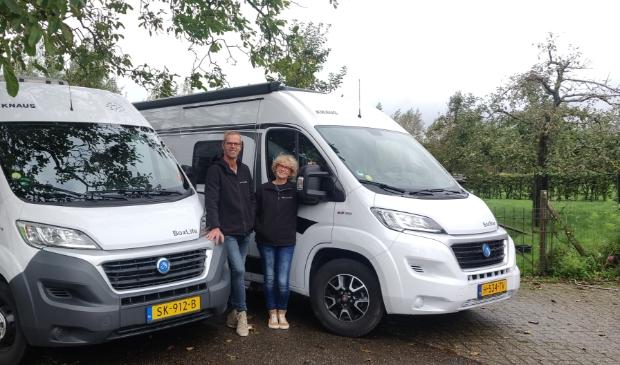<p>Jos en Marianne van Bentum bij hun campers.</p>