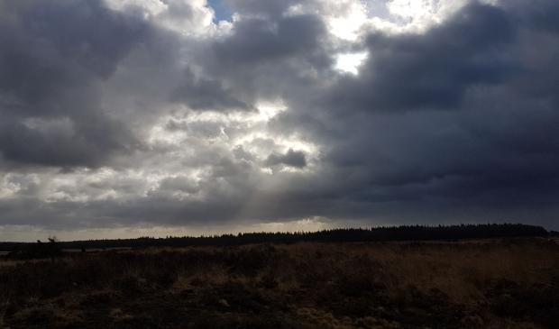 <p>Donkere wolken boven de Edese Heide.</p>