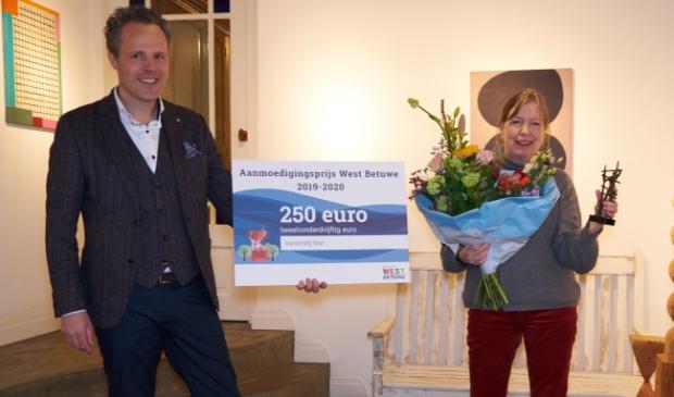 <p>Wethouder Rutger van Stappershoef reikt de eerste Cultuurprijs West Betuwe uit aan Stroomhuis Neerijen</p>