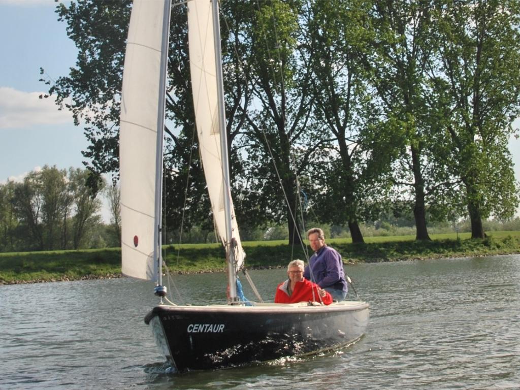 Maak kennis met de zeilsport, stap eens in de verenigingsboot. Rijn en Lek © BDU media