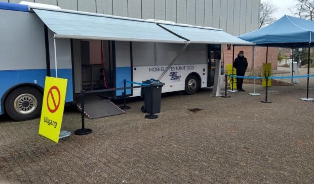 Coronatestbus bij de Bindelwijk.