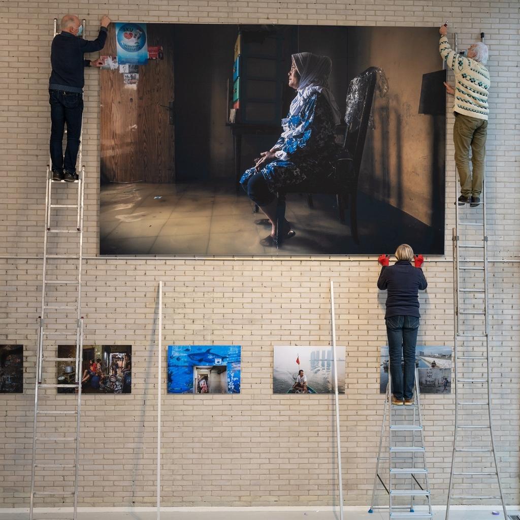 Inrichten van expositie IMPACT-photos that matter Pauli Gerritsen © BDU media