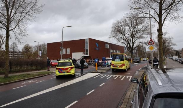 Het ongeval trekt veel bekijks van omstanders.