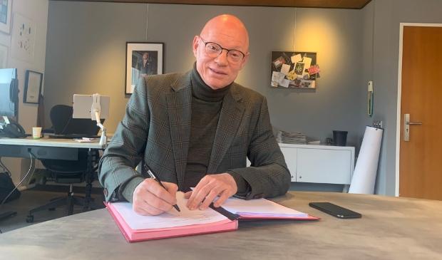 De ondertekening van het proces verbaal referendum door burgemeester Isabella vanmiddag Gemeente Houten © BDU media