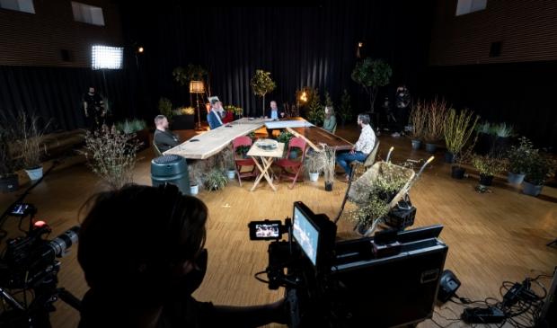 Aan twee tafels schoven steeds nieuwe gasten aan voor een anderhalf uur durende talkshow