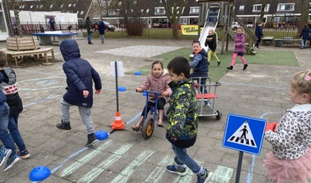 De kinderen van groep 1/2 leren hoe ze veilig kunnen oversteken bij een zebrapad.