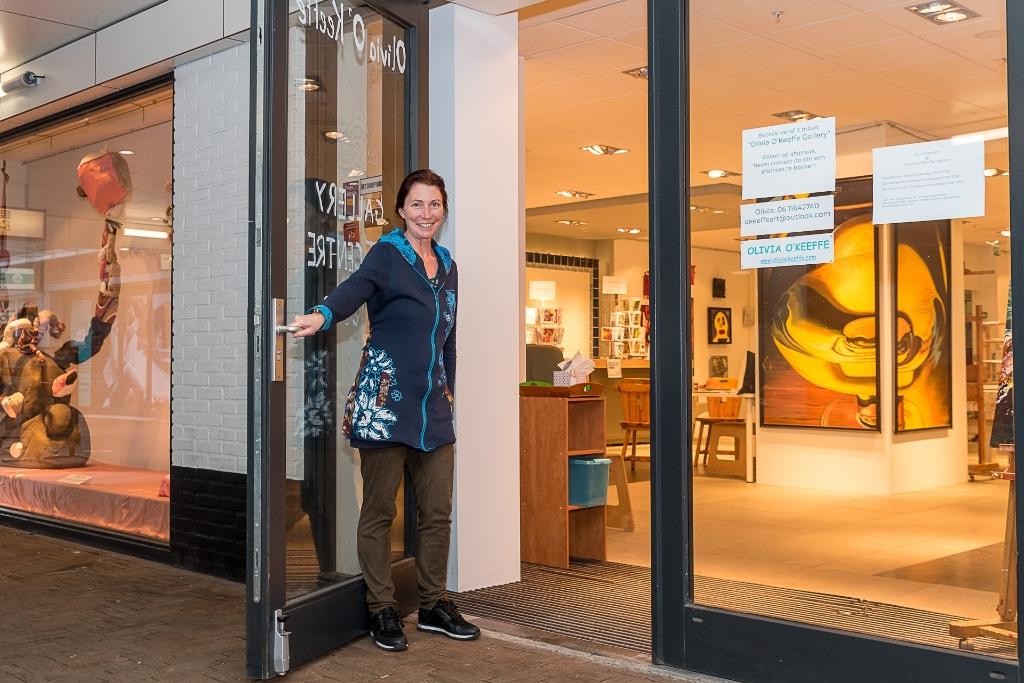 <p>Olivia O&rsquo;Keeffe bij de ingang van haar nieuwe galerie</p>