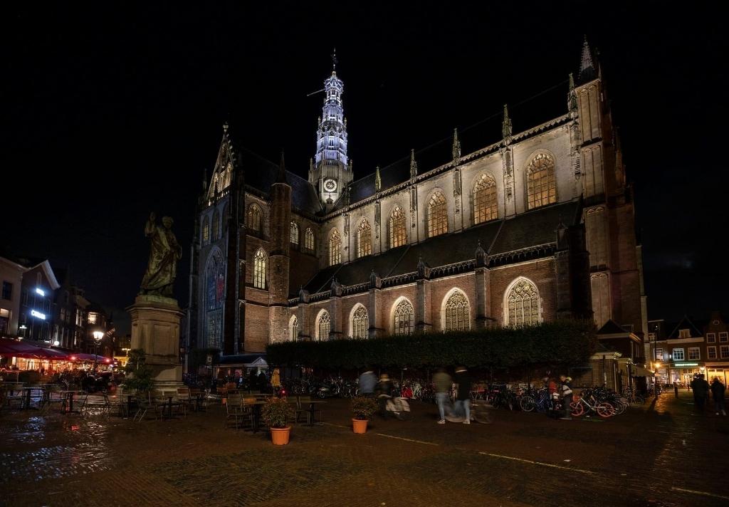 <p>De Grote of St. Bavokerk in de avonduren.</p>