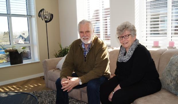 <p>Joop en Greet Breeschoten genieten van het uitzicht in hun woonkamer op de tweede verdieping</p>