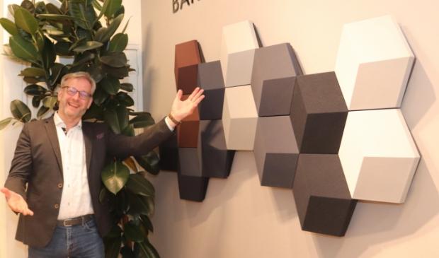 <p>Storemanager Albert Sebel bij de BeoSound Shape.</p>