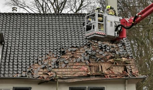 <p>Een woning aan de Bovenweg in Bennekom raakte zwaar beschadigd toen een boom op het dak viel.</p>