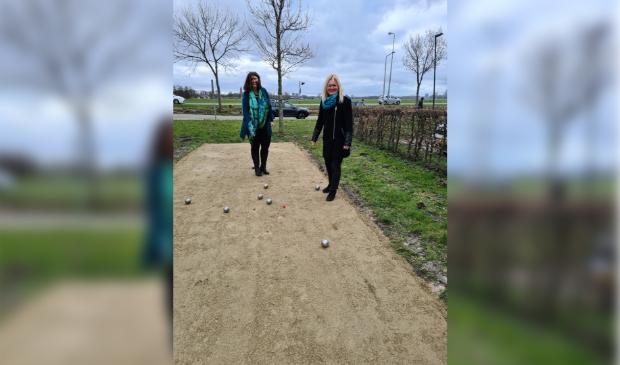 <p>Wethouder sport, Barbara de Reijke en Anky de Korne van Eigen Haard hebben de jeu de boulesbaan geopend.</p>