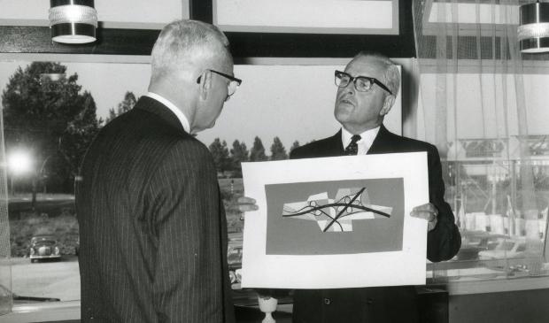 Overhandiging van het kunstwerk van het klaverblad door burgemeester Van Rappard bij de opening van Motel Gorinchem